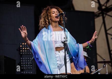 Victoria Park, Bethnal Green, London, UK, 15. Juli 2016, Izzy Bizu auf der Bühne am Lovebox 2016, London. Credit: Richard Soans/Alamy Live Neue - Stockfoto