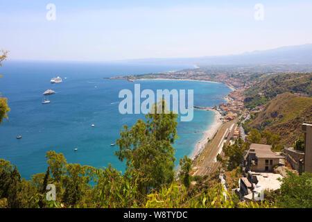 Panoramablick auf das Luftbild von Taormina in Sizilien, Italien - Stockfoto