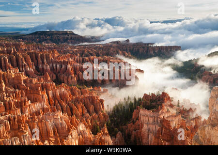Pinnacles und Hoodoos mit Nebel bis in die Wolken einer teilweisen Temperaturinversion, Bryce Canyon National Park, Utah, Vereinigte Staaten von Amerika - Stockfoto