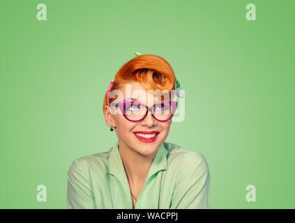 Träumen. Closeup roter Kopf Frau hübsches Lächeln pinup Girl grüne Taste shirt träumen von Liebe Karriere Geld bis auf der Suche nach Idee Retro Vintage - Stockfoto