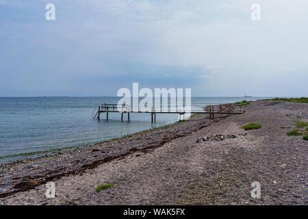 Fußgängerbrücke an der Küste mit Sandstrand und einen weiten Blick über die Ostsee. - Stockfoto