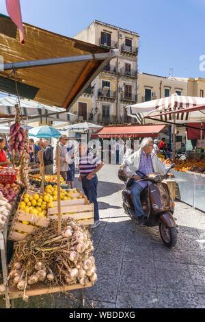 Die Ballarò-Markt im Stadtteil Albergheria zentrale Palermo, Sizilien, Italien. - Stockfoto