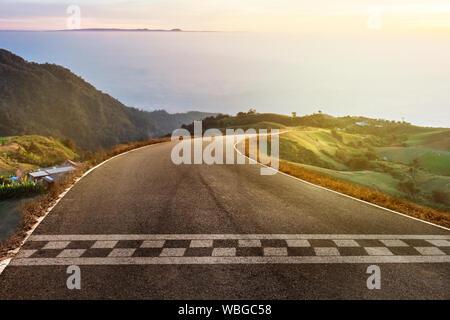 Der Beginn der Rennen auf die Straße und fahren auf den Berg - Stockfoto