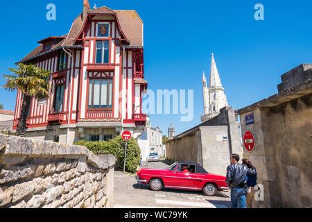 La Rochelle, Frankreich - 13. Mai 2019: Retro Auto in der Nähe ein Fachwerkhaus in La Rochelle, Frankreich - Stockfoto