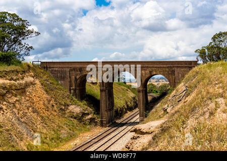 Die malerischen alten Bogenbrücke, Viadukt mit Bahn unterhalb. Tarana Road, NSW, Australien - Stockfoto