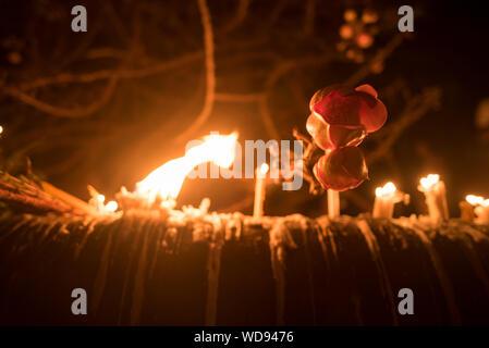 Kanchanaburi, Thailand - 8. JULI: Thai buddhistischer Mönch Hände, die Kerze, Schale an sangklaburi Tempel am 8. Juli 2017 in Kanchanaburi, Thailand. - Stockfoto