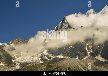Gipfel der Aiguilles du Dru, einer alpinen Berg des Mont Blanc Massiv in den Französischen Alpen, in Wolken gehüllt im Sommer, Montenvers, Chamonix, Frankreich - Stockfoto