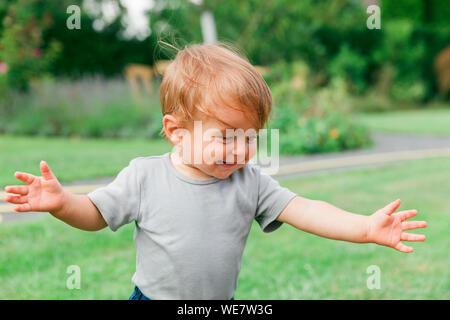 Baby Mädchen laufen lernen - Kempen, NRW, Deutschland - Stockfoto
