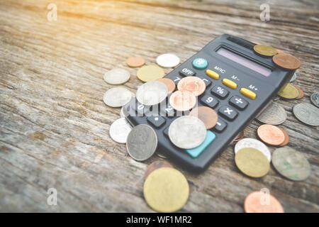Nahaufnahme der Rechner und der Münze auf Holz Hintergrund - Stockfoto