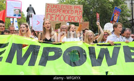 """London, 31. August 2019. Demonstranten mit Fahnen und Banner zusammen und demonstrieren an Whitehall in Westminster, schreien die Oberseite der Putsch"""", gegen die geplante Vertagung des Parlaments durch die Regierung im September. Sie später März durch Westminster und entlang der Faser. Credit: Imageplotter/Alamy leben Nachrichten - Stockfoto"""
