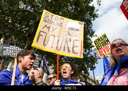 London, Großbritannien. 31 Aug, 2019. Die Demonstranten halten Plakate während riefen Slogans außerhalb der Downing Street in London demonstrieren gegen britische Premierminister Boris Johnson das britische Parlament für fünf Wochen vor einer Queens Rede am 14. Oktober auszusetzen, nur zwei Wochen vor dem Vereinigten Königreich so eingestellt ist, dass die EU zu verlassen. Die Königin hat Boris Johnson's Antrag zu vertagen britischen Parlament, nachdem der Premierminister intensiviert seine Pläne für ein Kein deal Brexit genehmigt. Credit: SOPA Images Limited/Alamy leben Nachrichten - Stockfoto