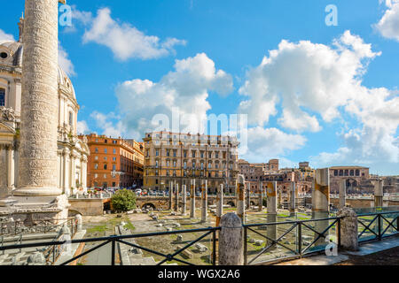 Ein Blick auf die Spalte und Trajan Forum neben der Kirche von den heiligen Namen Marias im historischen Zentrum von Rom Italien - Stockfoto