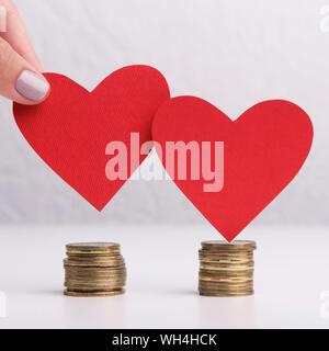Nahaufnahme von zwei Herzen mit Münzen - Stockfoto