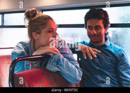 Junges Paar mit dem Bus an regnerischen Tag, London, UK - Stockfoto
