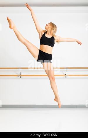 Ein Bild von einer Tänzerin in Aktion - Stockfoto