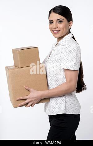 Hübsche Frau, die Stapel von Kartons - Stockfoto