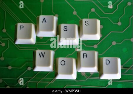 Die Tasten der Tastatur Form das Wort Kennwort auf Grün elektrischer Stromkreis im Hintergrund. - Stockfoto