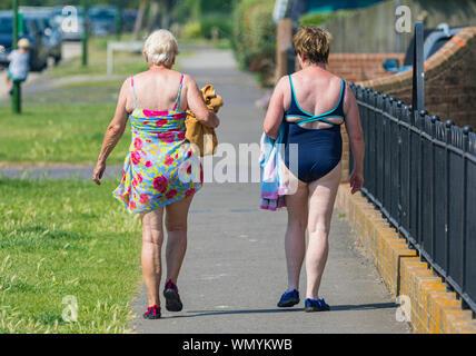 Ein paar Frauen zu Hause nach einem Tag am Strand im Sommer in Großbritannien. - Stockfoto