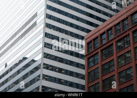 Glas und Stahl moderne Architektur Patterns mit der Reflexion der Himmel. Schattierungen der Farben. Zellen, geometrischen Design. Urban Style. Illusion Konzept. - Stockfoto