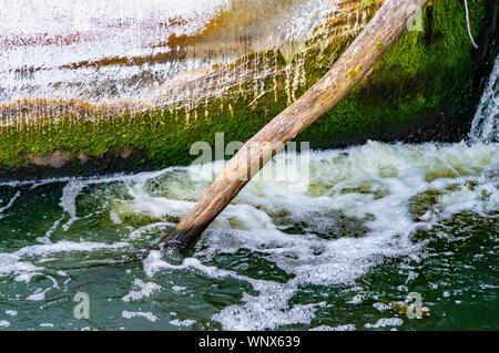 Schaumige stürmischen Strom von Wasser des Flusses. Natürliche Hintergrund. - Stockfoto