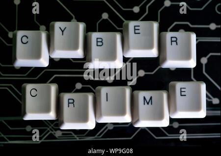 Die Tasten der Tastatur Form das Wort INTERNETKRIMINALITÄT auf schwarz Stromkreis im Hintergrund - Stockfoto
