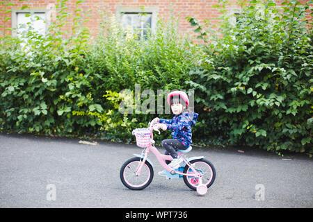 Kleinkind befreite Mädchen Fahrrad am sonnigen smmer Park - Stockfoto