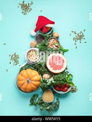Weihnachtsbaum aus gesunden Zutaten.. Vegane, vegetarische Ernährung. Weihnachten Lebensmittel Hintergrund. Gesunden urlaub Diät Konzept - Stockfoto