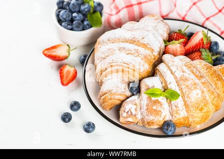 Croissant mit Schokolade und frischen Beeren. - Stockfoto