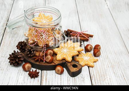 Glas mit Weihnachten Lebkuchen Cookies auf einen alten Holztisch - Stockfoto