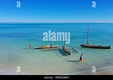 Outrigger Boote auf dem Korallenriff in der Nähe von Gehalt, Südküste von Madagaskar, Indischer Ozean, Afrika - Stockfoto
