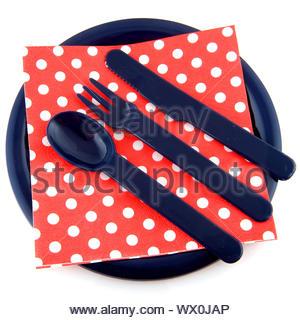 Blaue Platte mit gepunkteten Serviette Löffel Gabel und Messer - Stockfoto