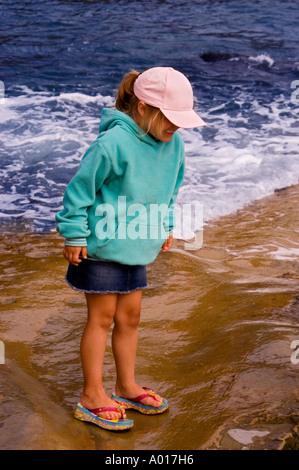 Fünf Jahre altes Mädchen in Point Loma Tide Pools San Diego Kalifornien - Stockfoto