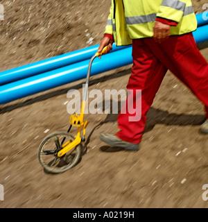 Wasser-Ingenieur Messeinheit mit einem Gerät. Keine Freigabe erforderlich, Kopf nicht in Schuss, also unkenntlich. - Stockfoto