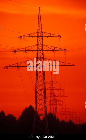 Pylone vor dem Abendhimmel - Stockfoto