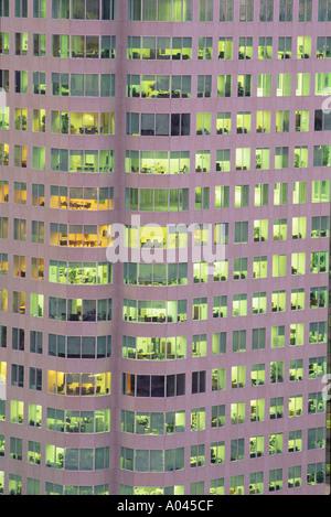 Kanada Ontario Toronto Nahaufnahme des Bürogebäudes zeigt Leuchten in der Nacht - Stockfoto
