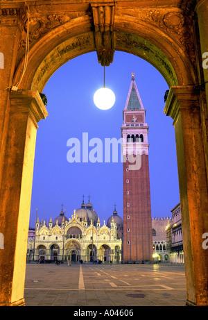 Italien Venedig Basilica di San Marco und Campanile di San Marco in der Abenddämmerung - Stockfoto