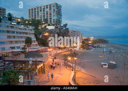 Torremolinos Costa del Sol Malaga Provinz Spanien Promenade neben Bajondillo Strand bei Nacht - Stockfoto
