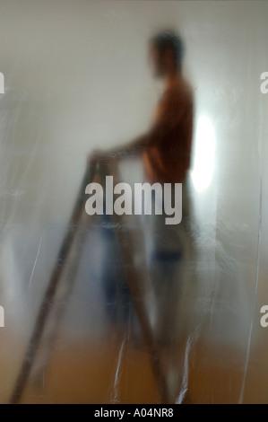 Konzeptionellen Seite View-Bild von einem Mann auf einer Leiter stehend - Stockfoto