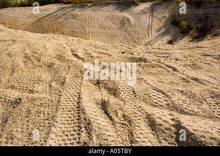 Bergab mit all Terrain-Fahrzeug-Spuren im sand - Stockfoto