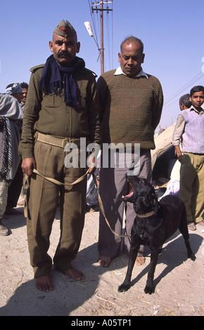 Polizist mit Hund. Khumb Mela Festival 2001-Allahabad, Uttar Pradesh, Indien. - Stockfoto