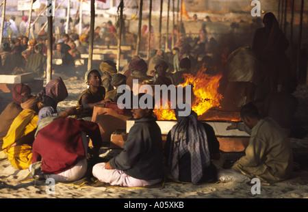 Feuer verehren. Khumb Mela Festival 2001-Allahabad, Uttar Pradesh, Indien. - Stockfoto