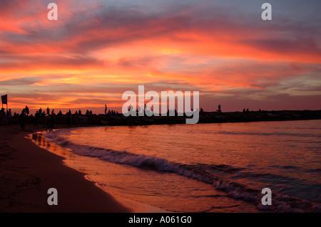 Silhouette Menschen auf der Mole in Banana Beach auch Drummer Strand an der Mittelmeerküste von Tel Aviv in Israel. - Stockfoto