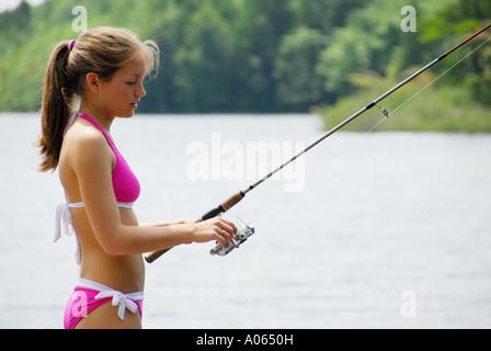 18 Jahre altes Mädchen stehend auf Dock am See angeln - Stockfoto