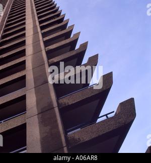 Ein niedriger Betrachtungswinkel von Shakespeare Turm auf dem Barbican Estate ein Wohngebiet hoher Turmblock mit - Stockfoto
