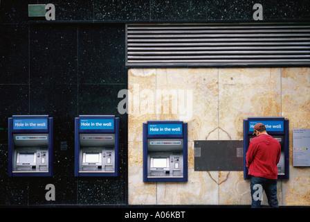 Der Mensch nutzt Loch in der Wand Geldautomaten Charing Cross Road London - Stockfoto
