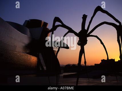 Guggenheim-Museum und Elizabeth Bourgeois Spinne Skulptur bei Sonnenuntergang Bilbao Baskenland baskische Land Spanien - Stockfoto