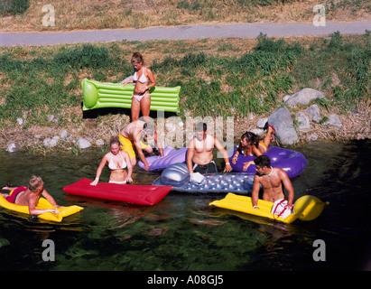 Penticton, BC, South Okanagan Valley, British Columbia, Kanada - Jugendliche / Teens schwimmend auf Okanagan Flussbettes, - Stockfoto