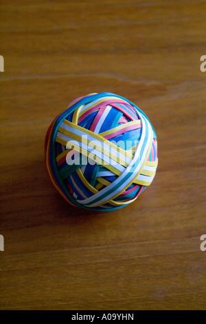 Eine bunte Gummiband-Ball auf einem Schreibtisch - Stockfoto
