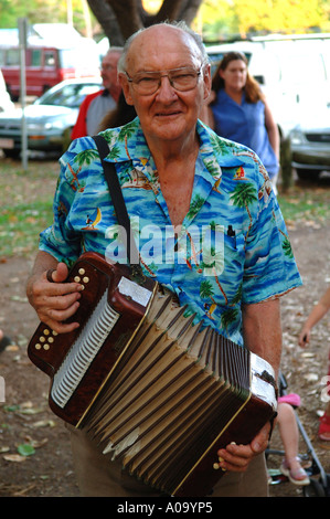 Pernsioner spielt das Akkordeon, Mindil Beach Sunset Market, Darwin Australien - Stockfoto