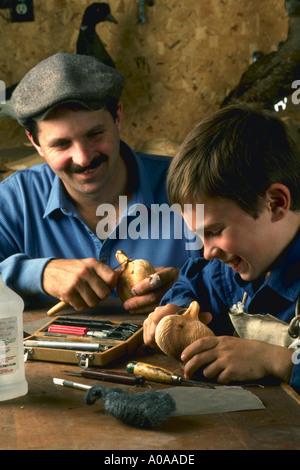 Kip Grangler und Vater tun Holzschnitzerei der Vögel - Stockfoto